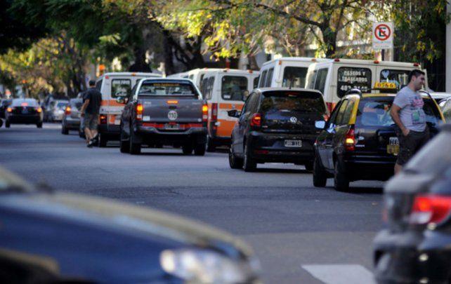Estacionar en doble fila frente a los colegios es una infracción que se repite a diario y sobre la que el Ejecutivo busca actuar.