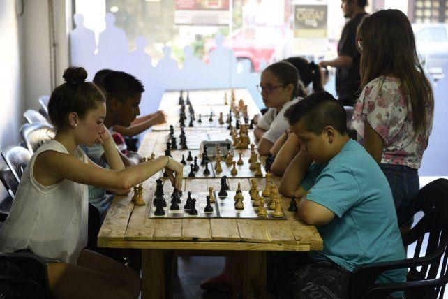 Concentrados. Los chicos entrenan dos veces por semana y luego estudian jugadas en sus casas.