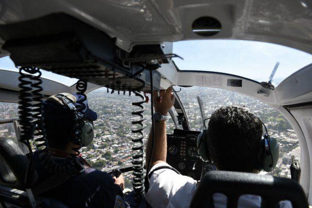En acción. El helicóptero sobrevoló las zonas más concurridas por los veraneantes.