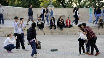 Un grupo de turistas se saca fotos en el Monumento a la Bandera.