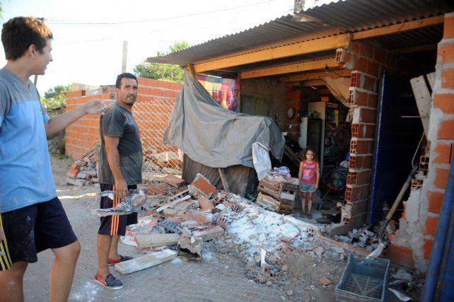 El auto impactó en una casa y quiosco de Rouillón y Aborígenes Argentinos y luego siguió su marcha.