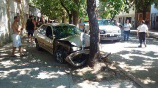 El Peugeot terminó impactando contra un árbol.
