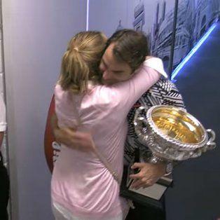 el tierno encuentro de federer con su esposa mirka en los pasillos del estadio tras el titulo
