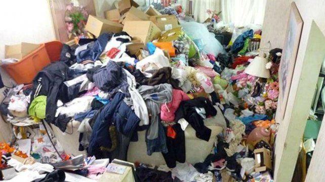Murieron aplastados por kilos de ropa que acumulaban en su casa de manera obsesiva