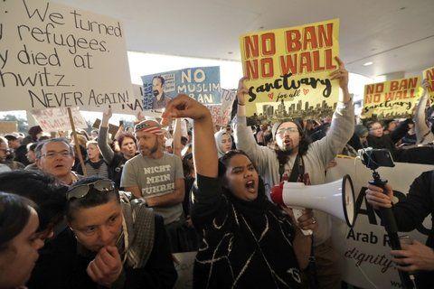 indignación. Manifestantes en el aeropuerto internacional de San Francisco. Las comunidades musulmanas se han puesto en estado de alerta.