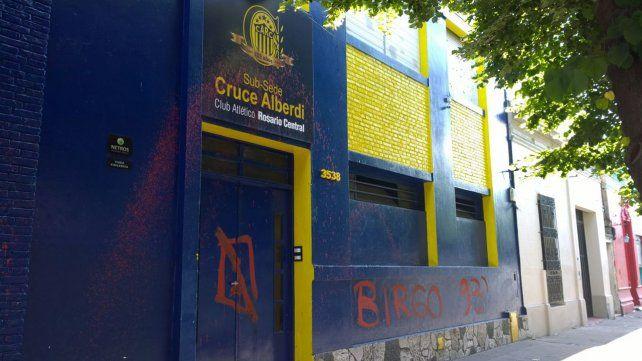 Pintadas agresivas e insultos en la sede del Cruce Alberdi de Rosario Central
