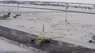Una maniobra riesgosa evitó una colisión entre aviones en una pista congelada