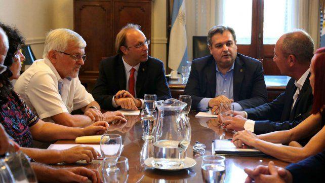 El ministro de Gobierno Pablo Farías convocó al titular de ATE Jorge Hoffmann a la paritaria provincial.