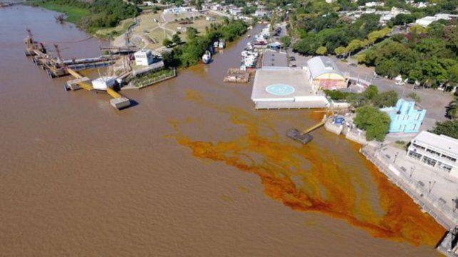 Amplio derrame de aceite en las aguas del río Paraná a la altura de San Lorenzo
