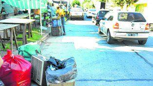 La saladita. En la feria de Salvá al 5900 el municipio cercó la plaza Homero Manzi y los puestos quedaron casi en la calle.