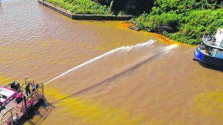 Brigadas de compañías especializadas de la región colaboraron para contener la mancha de aceite a la altura del arroyo San Lorenzo.