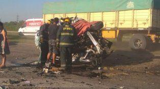 fatal. El violento impacto dejó a los vehículos totalmente destrozados.