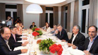 A la mesa. Macri agasajó a sus socios radicales con un asado.