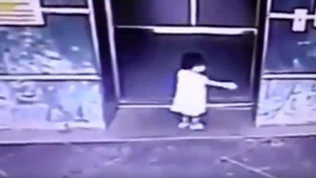 Con una patada voladora, una mamá salvó a su hija de las puertas del ascensor