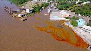 Derramaron 800 litros de aceite en el río.