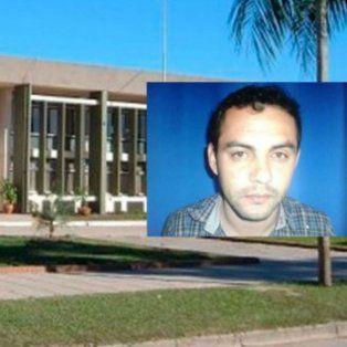La sede de la policía de Vera y una imagen del narcotraficante prófugo.