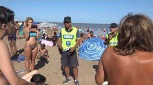 La policía echó de la playa a un grupo de mujeres que hacía topless en un balneario público necochense.