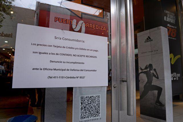 Advertencia. Uno de los pocos comercios de la peatonal que ayer exhibía la nueva reglamentación.