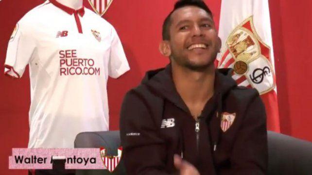 Walter Montoya sorprendió a los hinchas de Sevilla y cantó su tema favorito de El Polaco
