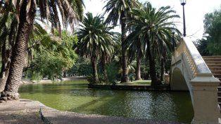 Un joven se tiró en el laguito del parque Independencia y no volvió a salir a la superficie.