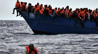 Destino italia. Decenas de migrantes libios esperan ser rescatados mientras navegan por el Mediterráneo.