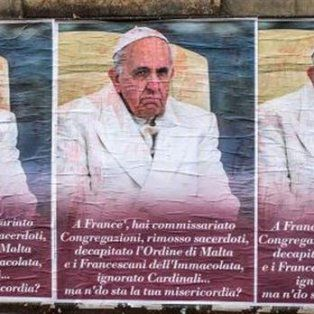 aparecieron afiches anonimos con criticas para el papa francisco en roma