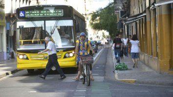 Todos los actores. En calle Rioja conviven veredas más anchas, carriles de colectivos y bicisendas.