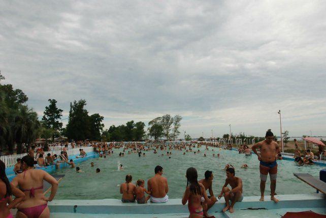 Al agua. La pileta del balneario convoca a turistas de toda la región.