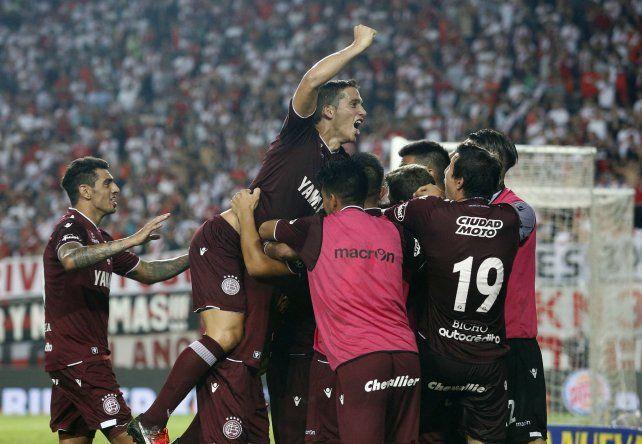 ¡Dale campeón! Los jugadores de Lanús celebran la victoria ante los de Núñez y la conquista de otro título.