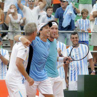 Festejo doble.El capitán Orsanic celebra con Berlocq y Mayer tras el triunfo contra los italianos.