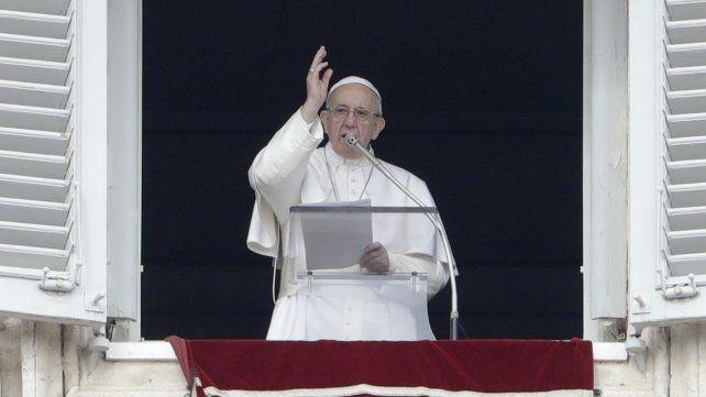 Tras la aparición de afiches en su contra, el Papa pidió alejar la envidia y la difamación
