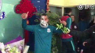 Carlitos Tevez festejó su cumpleaños en China y recibió un tortazo en la cara