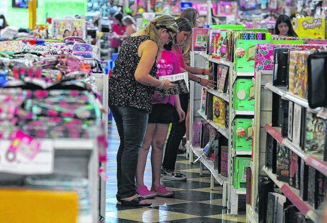 Lo justo. Un relevamiento sobre el comportamiento de las familias señala que a la hora de comprar útiles se llevan lo necesario para arrancar las clases.