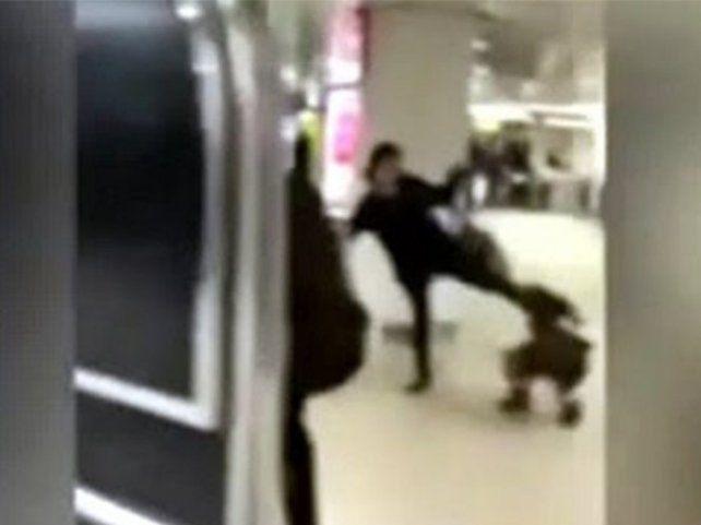 Indignación por un video en el que una madre patea en la cara a su hija en una estación de tren