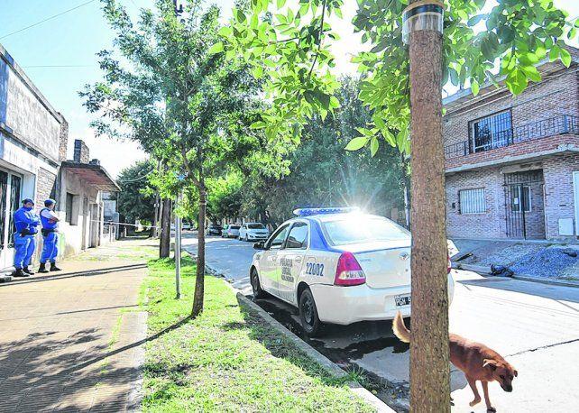 El día después. La policía apostada en la vereda opuesta a la casa de ladrillos donde ocurrió el múltiple homicidio.