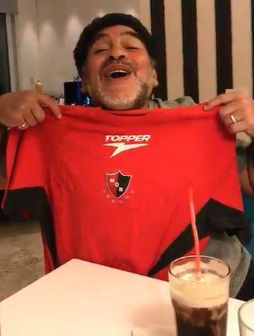 Diego Maradona grabó un video con la camiseta de Newells y cargó a los hinchas de Central.