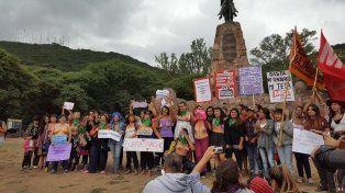 Tetazo frente al Monumento a Güemes en la ciudad de Salta