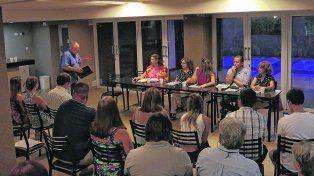 Multitudinaria. Unos 80 vecinos de 11 vecinales propiciaron una reunión con diputados de diferentes partidos preocupados por la salud y el ambiente.
