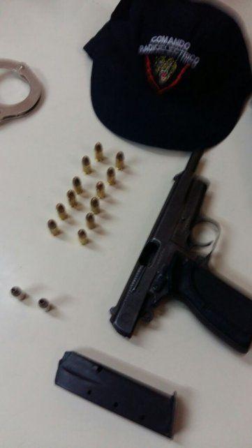 El arma y las balas. Los pasajeros iban armados y sin plata para pagar el viaje.