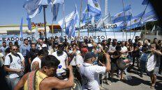 Empleados mercantiles realizan una concentración frente al supermercado Libertad.