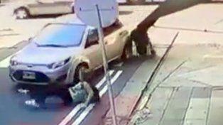 Por hablar por celular, la embistió un auto al cruzar la calle con un cochecito