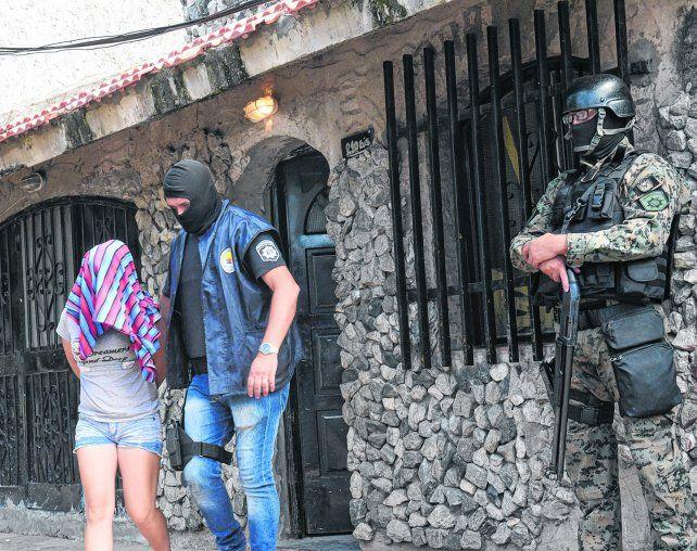Detenida. Una mujer apresada ayer en una casa de Centeno y Beruti.