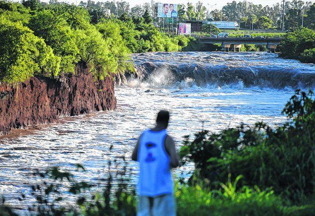 Todo un síntoma. La emblemática cascada del Saladillo viene erosionando el terreno tras las crecientes.
