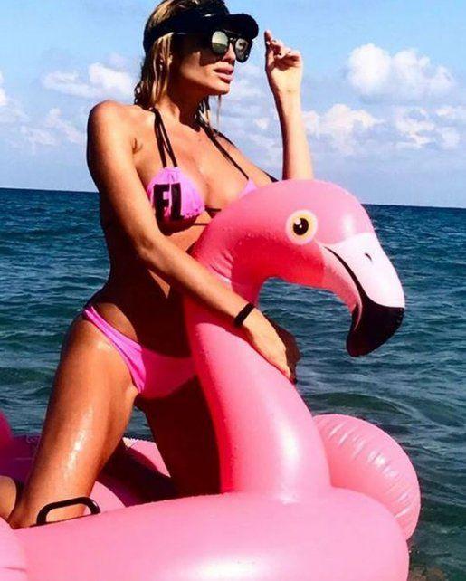 Vicky Xipolitakis eligió el rosa para provocar desde un inflable con poses eróticas