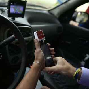 El sistema consta de un dispositivo portátil que va conectado al celular del chofer.