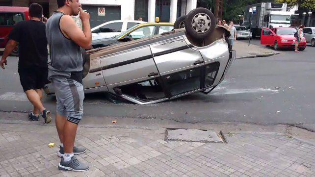 Un auto quedó dado vuelta en el medio de la calle tras un accidente en la zona de la terminal