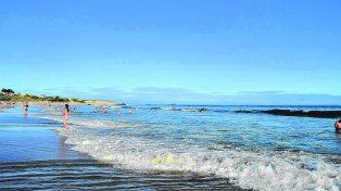 Playas extensas y abiertas. La Brava, al este del centro de Atlántida, es la elegida por los surfistas que llegan en busca de sus fuertes olas y también por las familias de veraneantes.