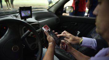 Simple acción. Para poder cobrar, el taxista contará con un dispositivo portátil que se coloca en el celular y permite deslizar la tarjeta.