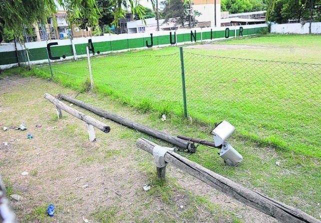 El sitio. El poste yace a un lado de la cancha del Club Atlético Junior.