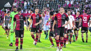 A la cancha. Los futbolistas de Newells volverán a pisar mañana por la tarde el césped del Coloso.